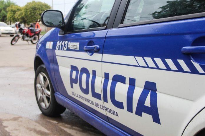 Tomaban alcohol en su auto y cuando fueron controlados agredieron a la Policía