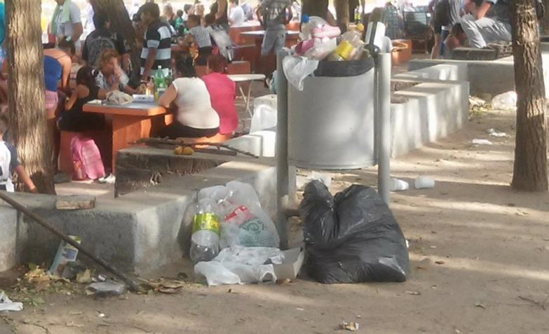 Se producen más de 300 kilos de basura por día en de las costas del río y el lago