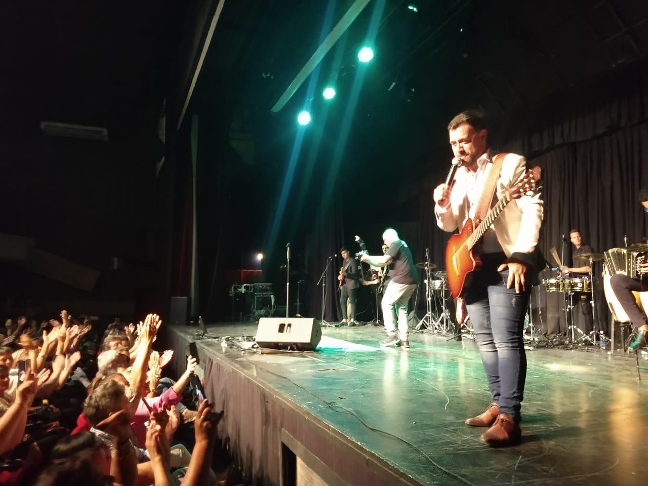 Lucas Sugo enamoró a su público en Carlos Paz al ritmo de la cumbia
