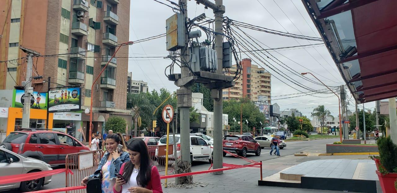 Peligro en la calle: Un camión chocó un poste y un transformador quedó casi en el aire