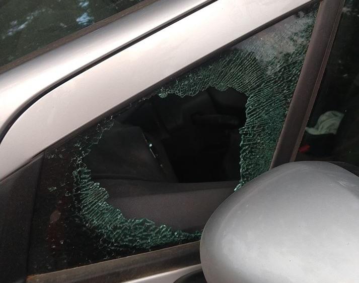 Fueron de treeking y al regresar encontraron el auto roto y desvalijado
