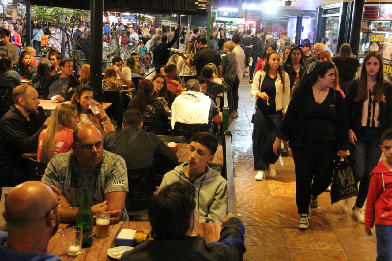 Carlos Paz: Cómo se vive en una ciudad turística ocupada casi al 100 %