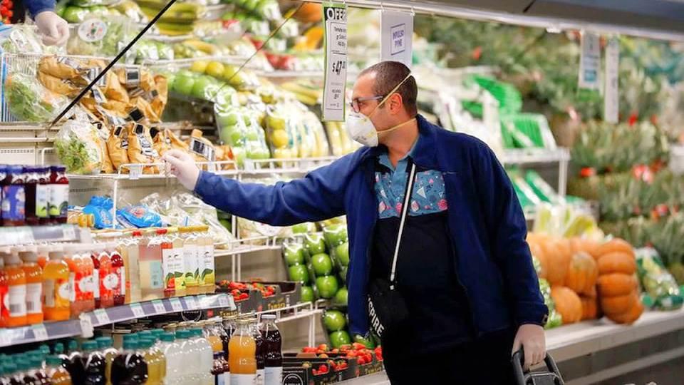 Dos cadenas de supermercados modificaron el horario de cierre y hay polémica