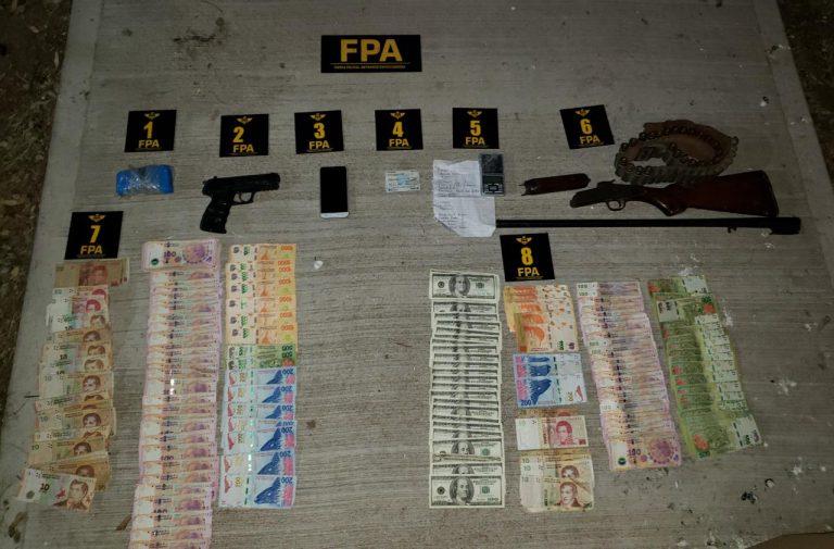 Detuvieron a una pareja con drogas, un arma y dinero