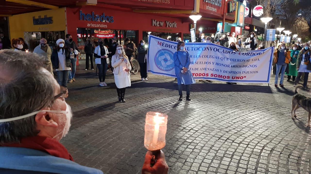 Carlos Paz: Médicos se manifestaron a pie y con velas encendidas