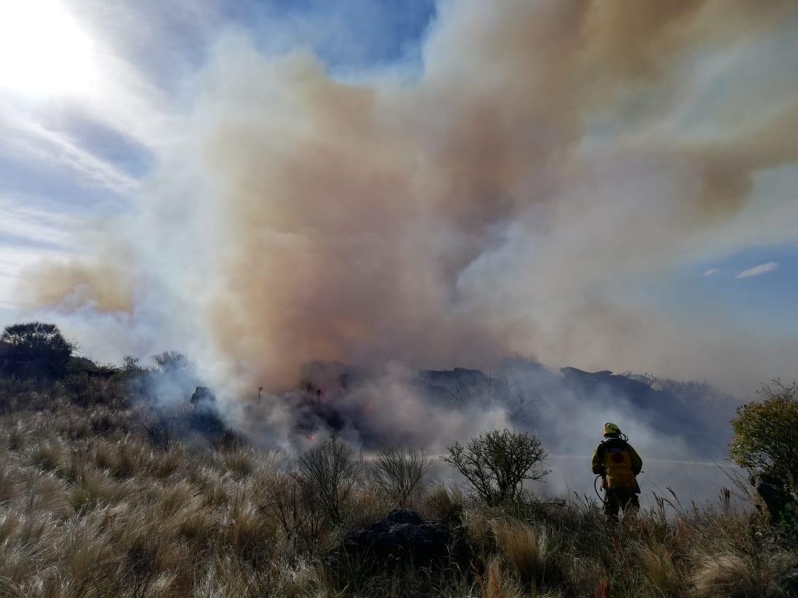 Doce dotaciones de bomberos combaten un voraz incendio en Icho Cruz