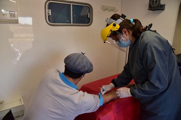 En Villa María, un puesto de control en la autopista muestra que hay coronavirus en circulación