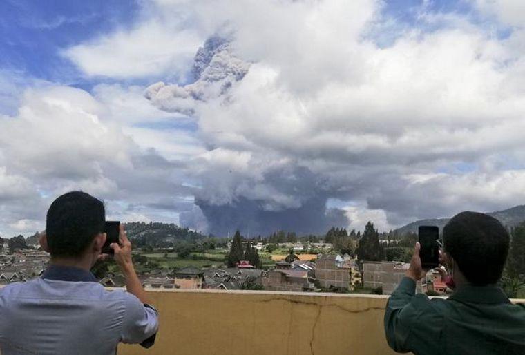 El volcán Sinabung de Indonesia entró en actividad: hay 30 mil evacuados