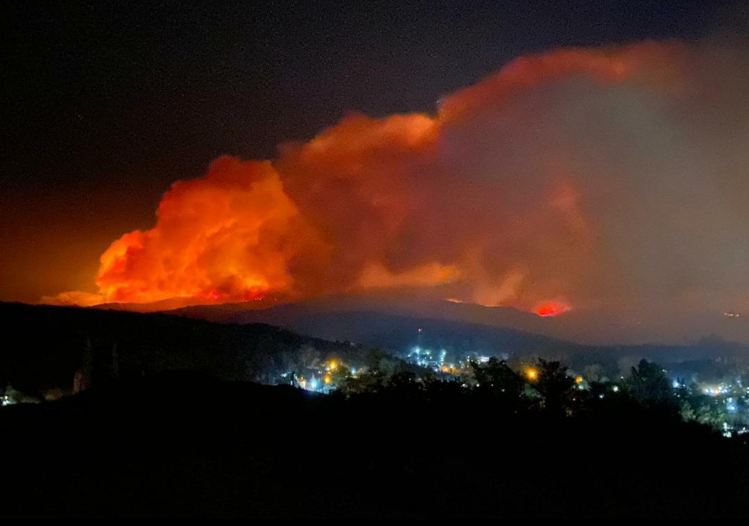 El frente de fuego sigue hacia Tanti y los bomberos trabajarán durante la madrugada