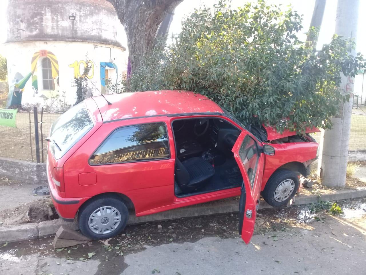 Carlos Paz: Intentó esquivar un auto y chocó contra un árbol