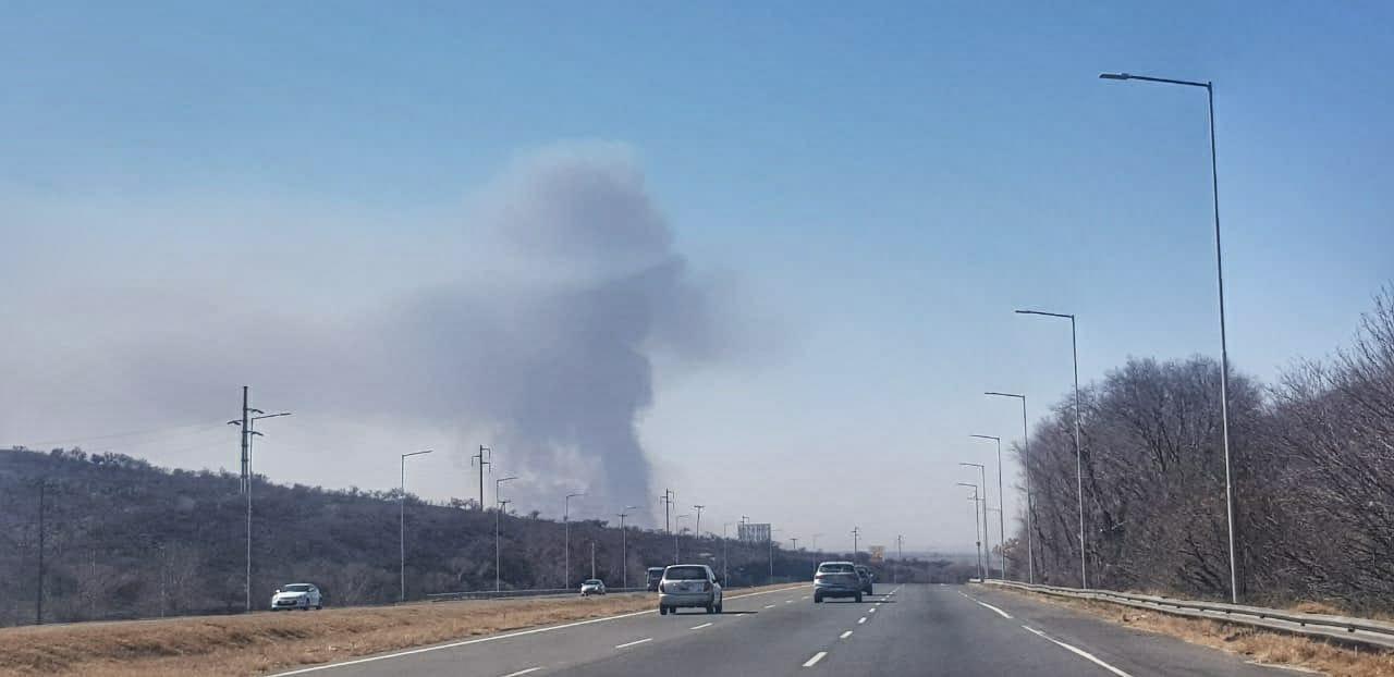 Otra vez fuego: Bomberos combaten un incendio en los campos del Ejército