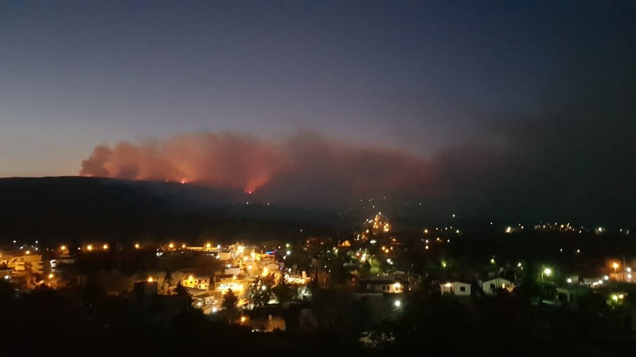 Comienzan a evacuar vecinos de Tanti y Mallín por los incendios