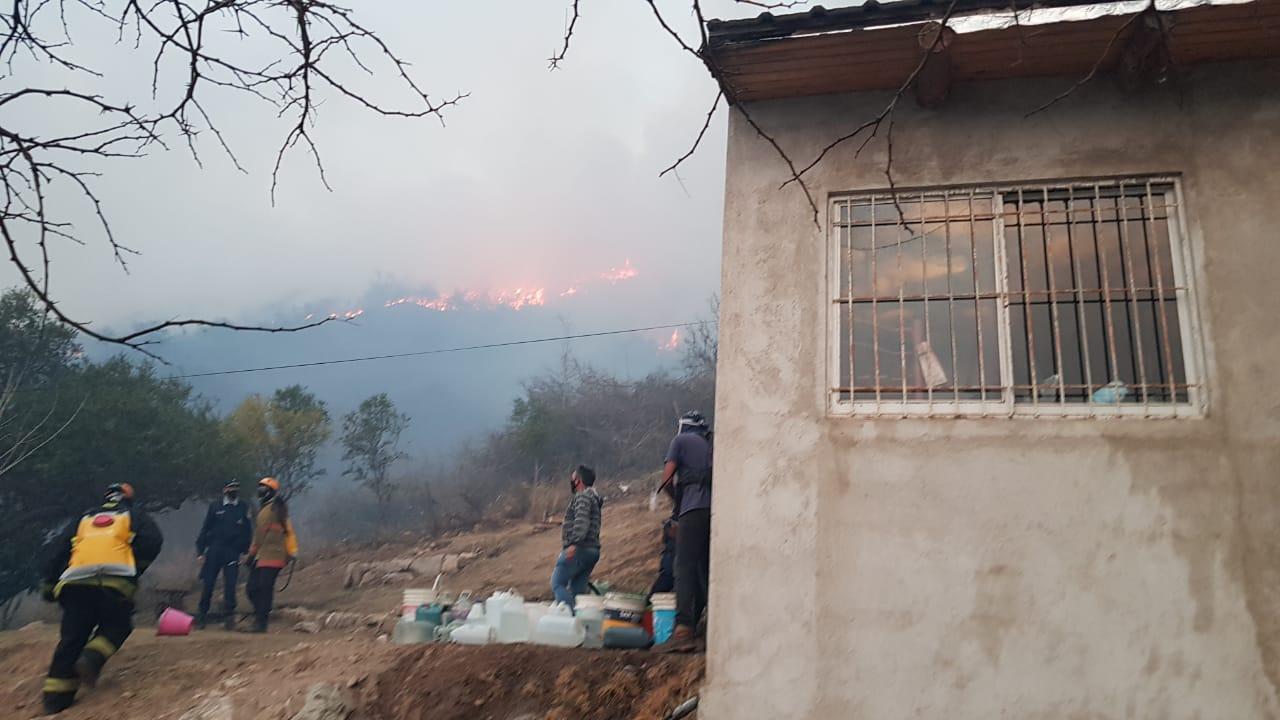 Carlos Paz: Las llamas no alcanzaron a ninguna vivienda y bomberos continúan combatiendo el fuego en la montaña