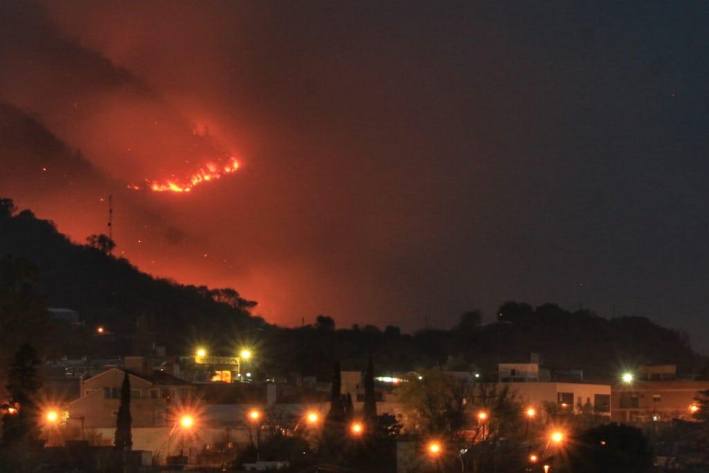 Máxima alerta: el fuego amenaza las viviendas en Villa Independencia