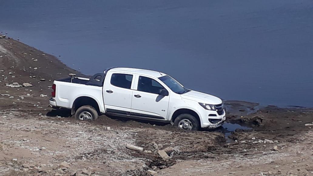 Camioneta quedó empantanada en la costa del lago y está registrada en otra ciudad