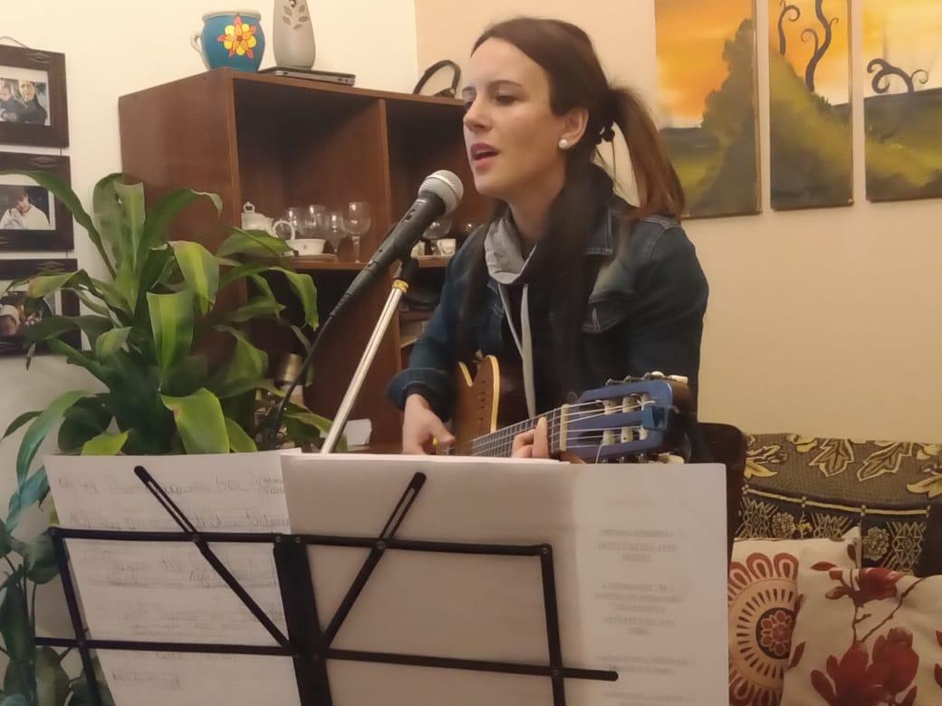 Fernanda Dupuy lleva música a los hogares con shows en vivo por redes sociales