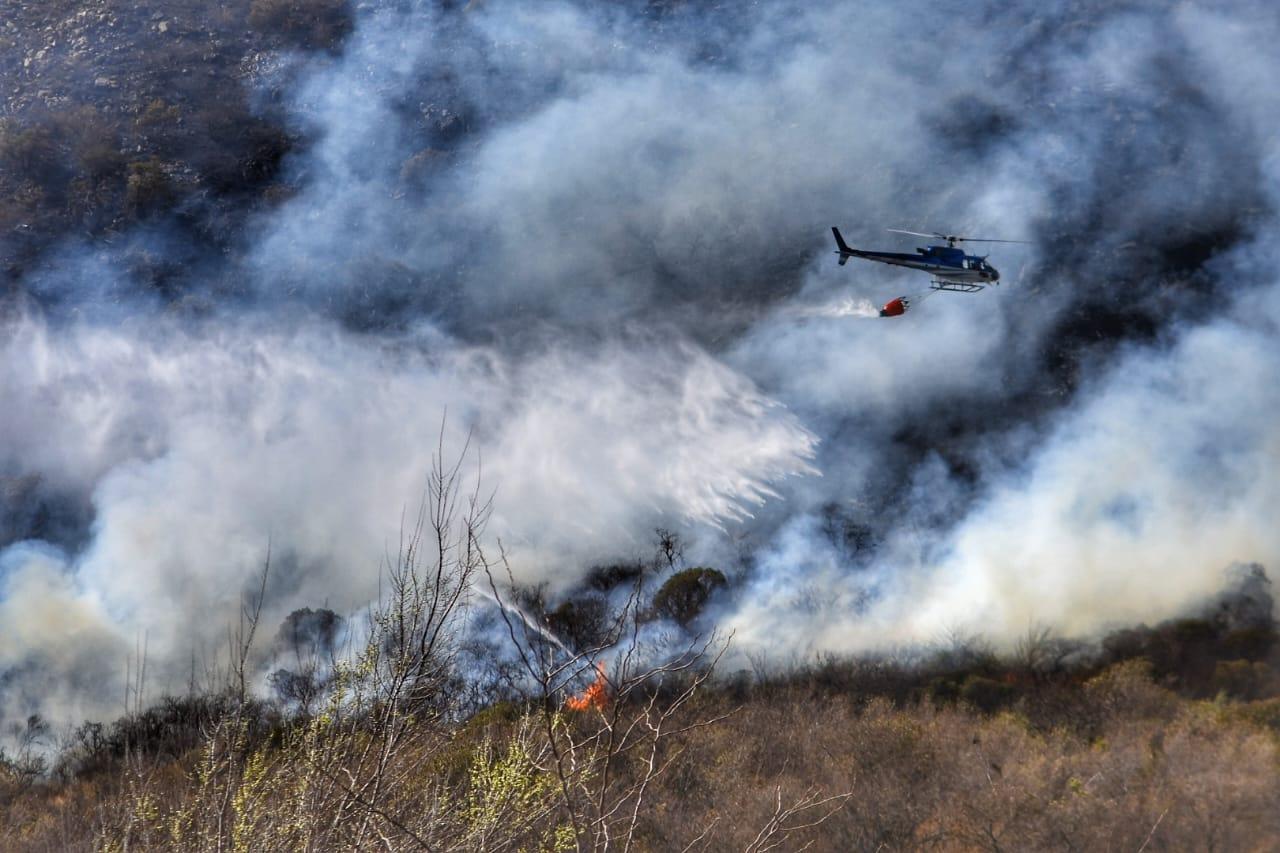 Con los fuertes vientos, el fuego avanza descontrolado en las sierras