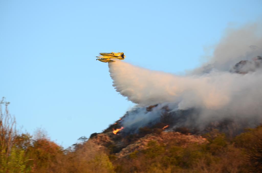 Incendio en el sur de Carlos Paz: El fuego coronó los cerros y sigue activo hacia San Antonio