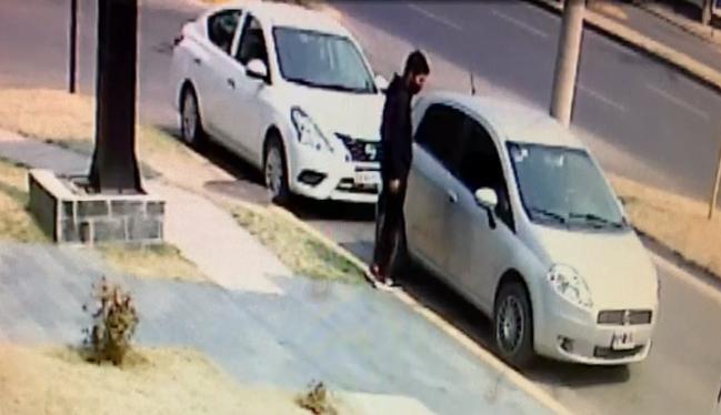 Barrio La Cuesta: Video muestra como le robaron la cartera de su auto en cuestión de segundos