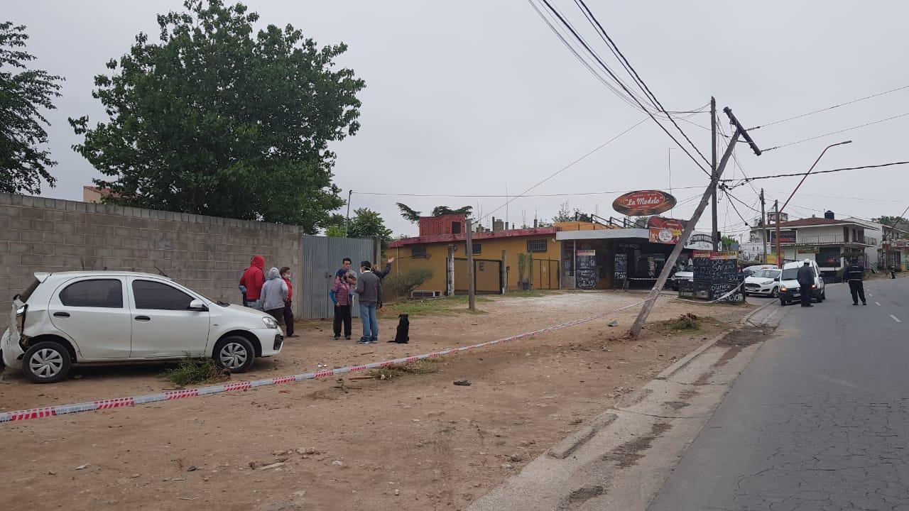 Despistó, chocó una columna y a otro auto, y dejó varios barrios sin luz