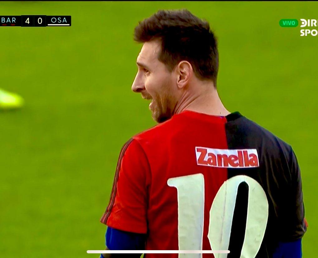 Messi hizo un golazo y se lo dedicó a Diego con la camiseta que usó en Newell´s