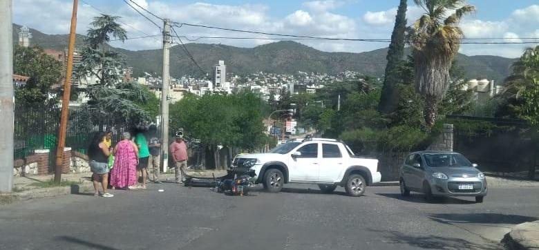 Choque entre moto y camioneta dejó a una mujer herida