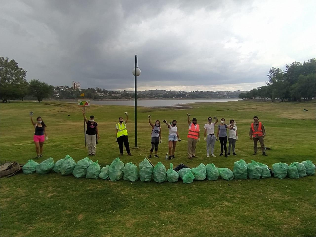 Voluntarios por la Acción Climática limpiaron la Costanera del lago San Roque