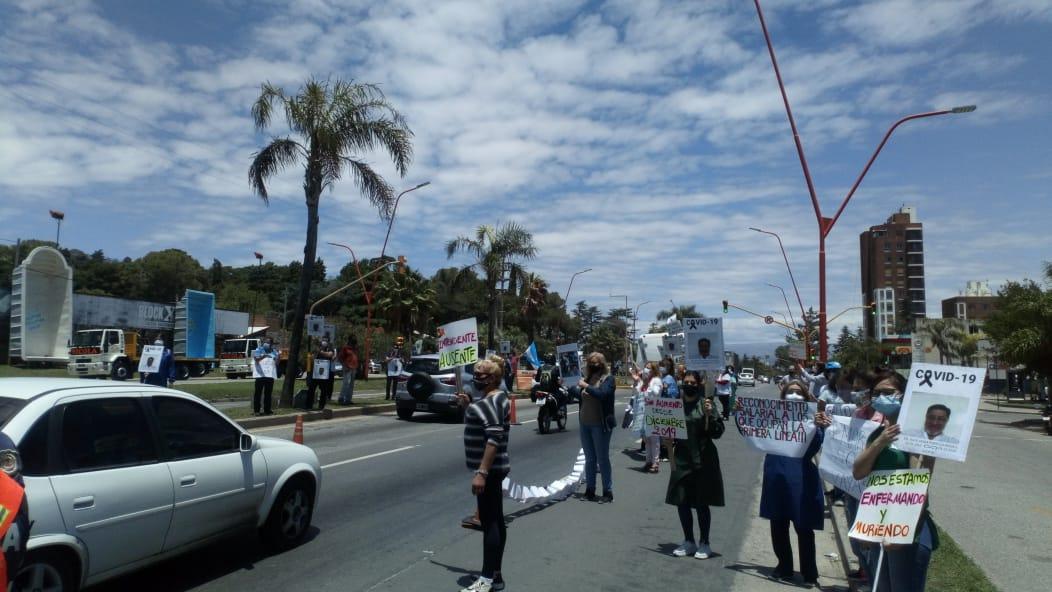 Personal de salud trasladó la protesta al ingreso de la ciudad