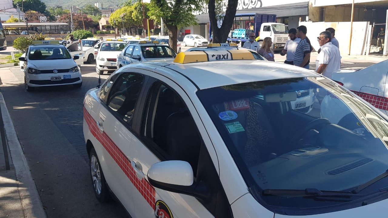 Taxistas en alerta: Piden aumento de la tarifa por suba de costos