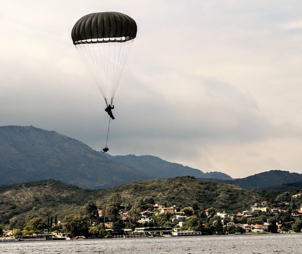Espectacular entrenamiento de las Fuerzas de Operaciones Especiales del Ejército Argentino: Más de 300 paracaidistas saltaron sobre el Lago San Roque