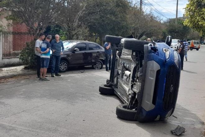 Volcó luego de impactar contra un auto estacionado