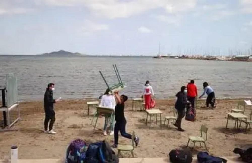 España: Una escuela salió a dar clases en la playa