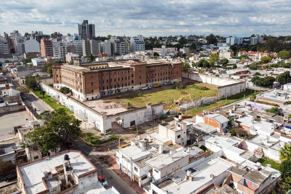 ExCárcel de Encausados: comenzó la demolición del muro perimetral