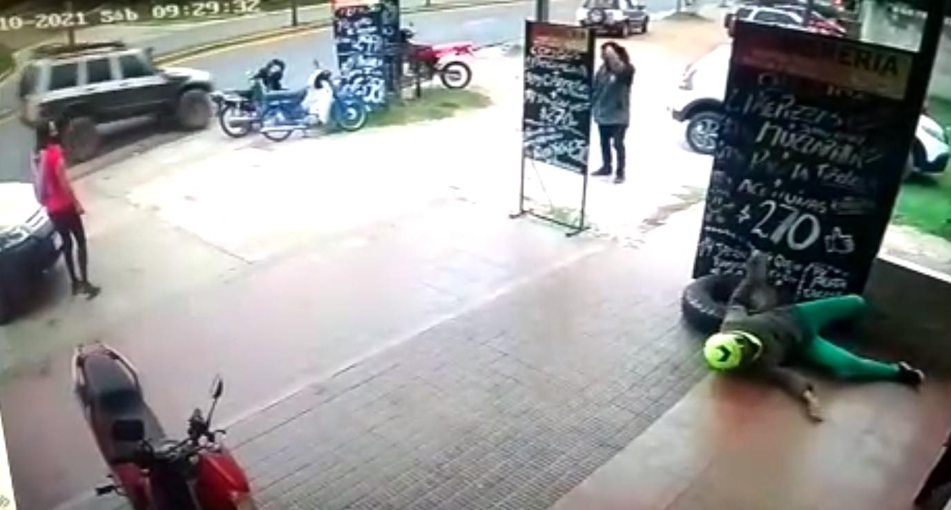 Video: Un neumático a toda velocidad golpeó a una mujer en avenida Cárcano