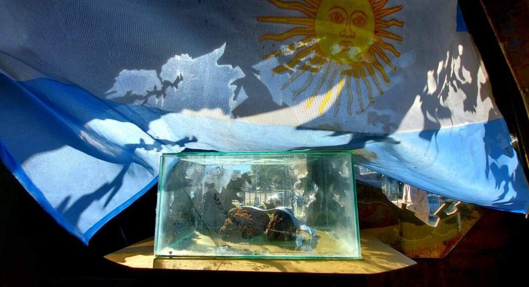 El cofre contiene tierra traída de Malvinas a Carlos Paz.