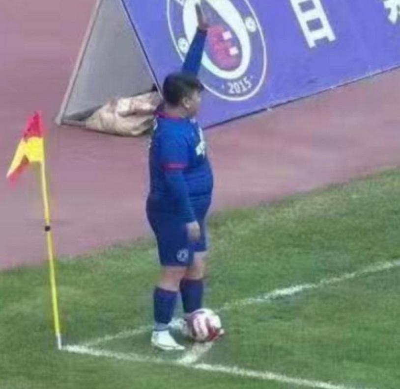 Magnate compró un club de fútbol y obligó al DT a poner a su hijo