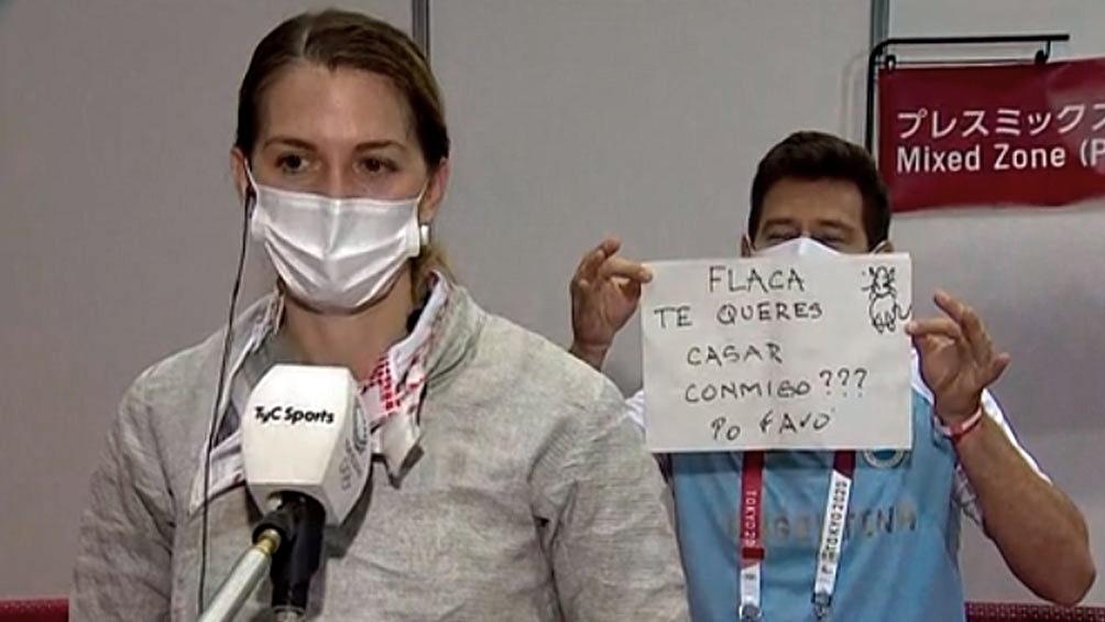 Le propusieron casamiento a la esgrimista argentina en un móvil en vivo