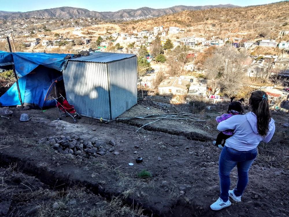 El drama de los sin techo: Vivir en una carpa, en el frío invierno de Carlos Paz
