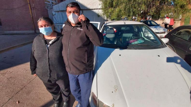 Su hijo está internado y hace 45 días que duermen en un auto