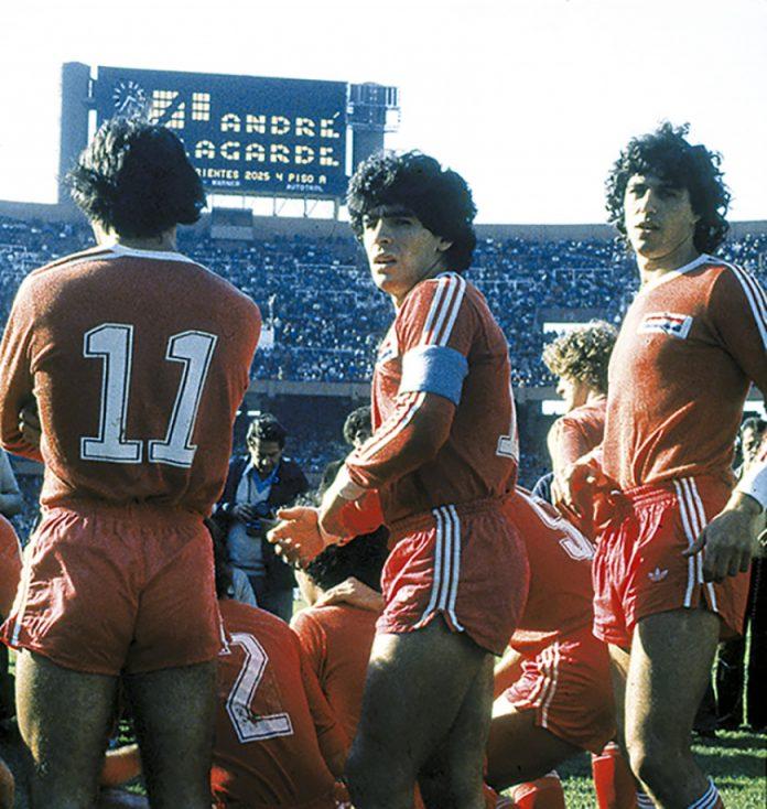 FOTOS HISTORICAS O CHULAS  DE FUTBOL - Página 12 Maradona-Arg-2-696x734