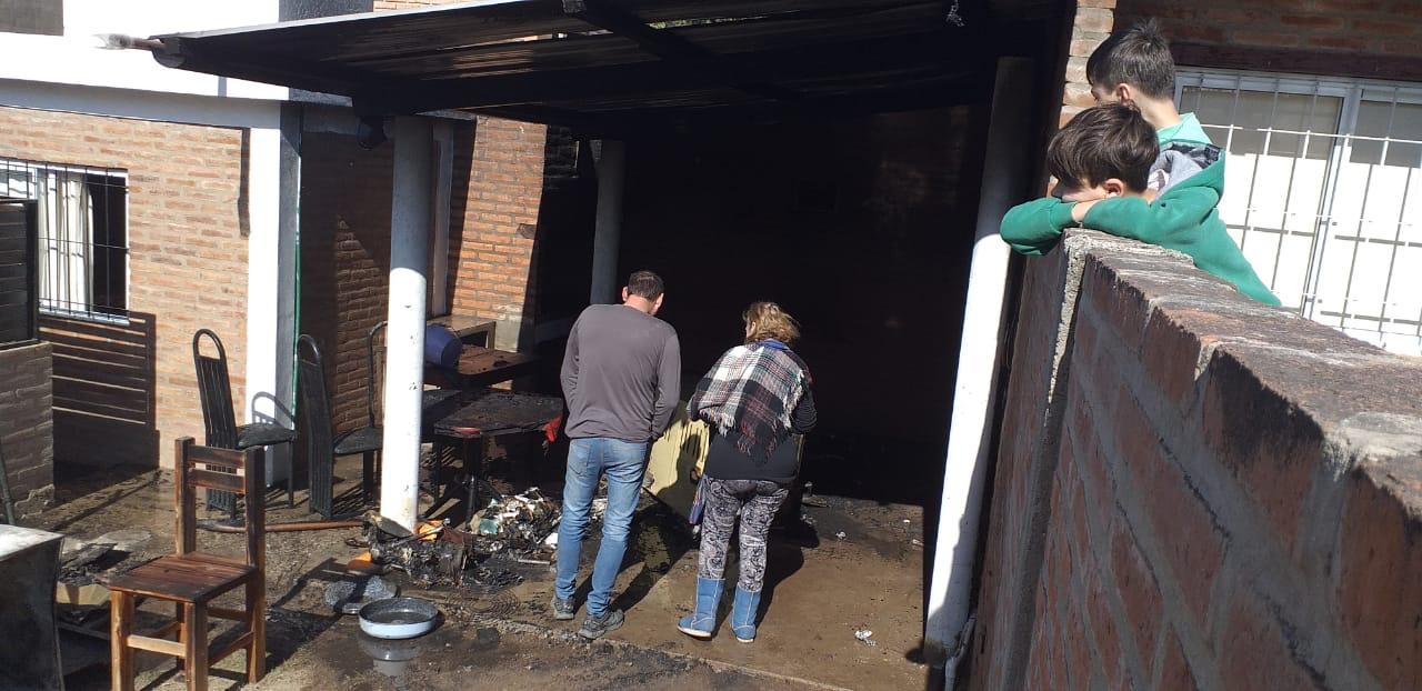 Se prendió fuego un quincho de una vivienda de Playas de Oro