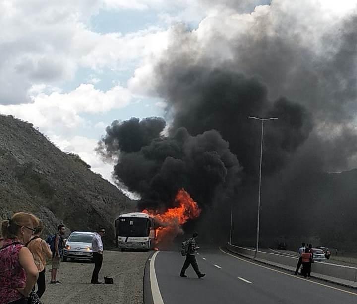 Ardió por completo un colectivo en cercanías al Dique San Roque