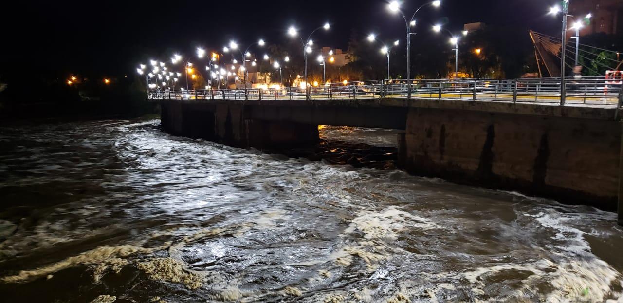 AHORA: Llega una creciente de 3,40m por el San Antonio, cierran el puente Playas de Oro