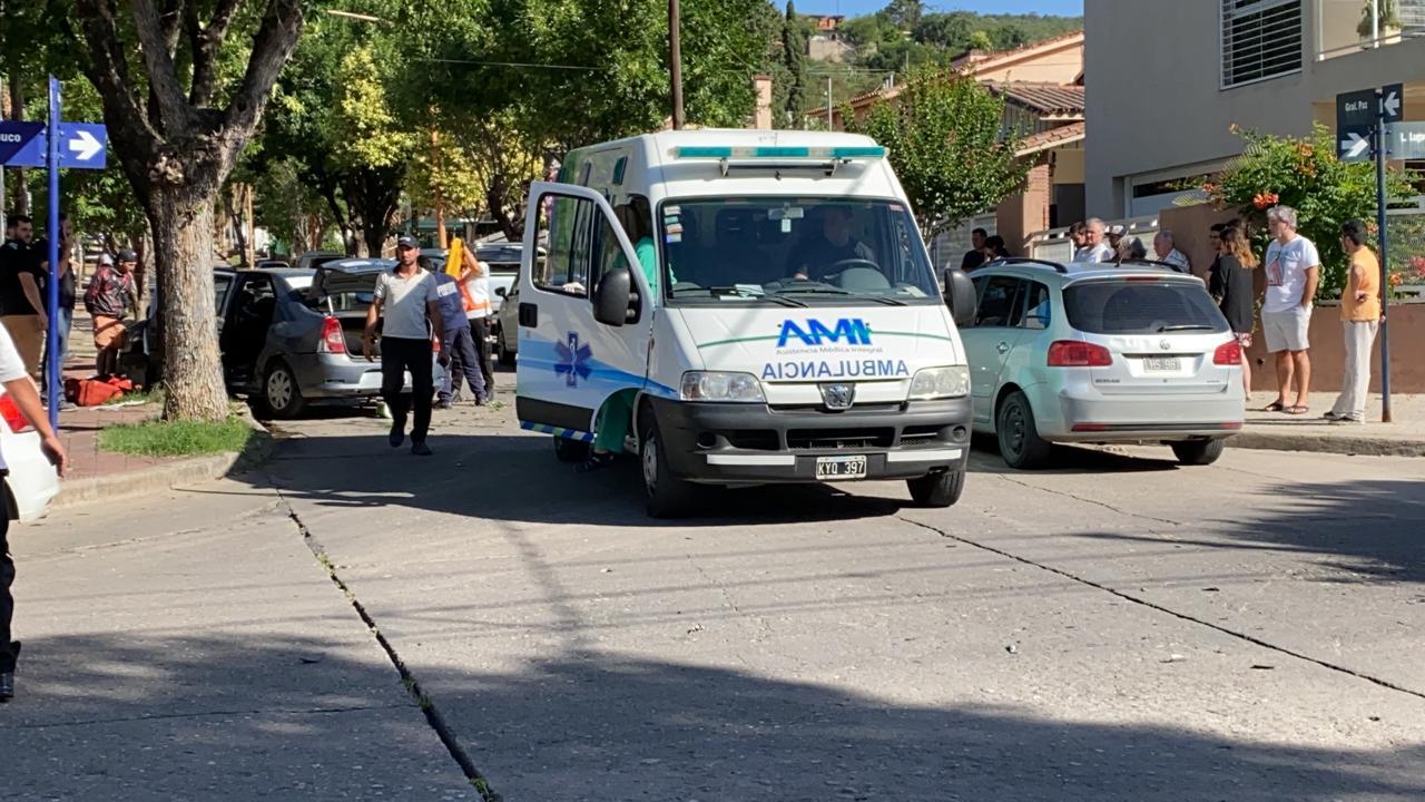 Chocaron un auto y un remis: tres personas hospitalizadas